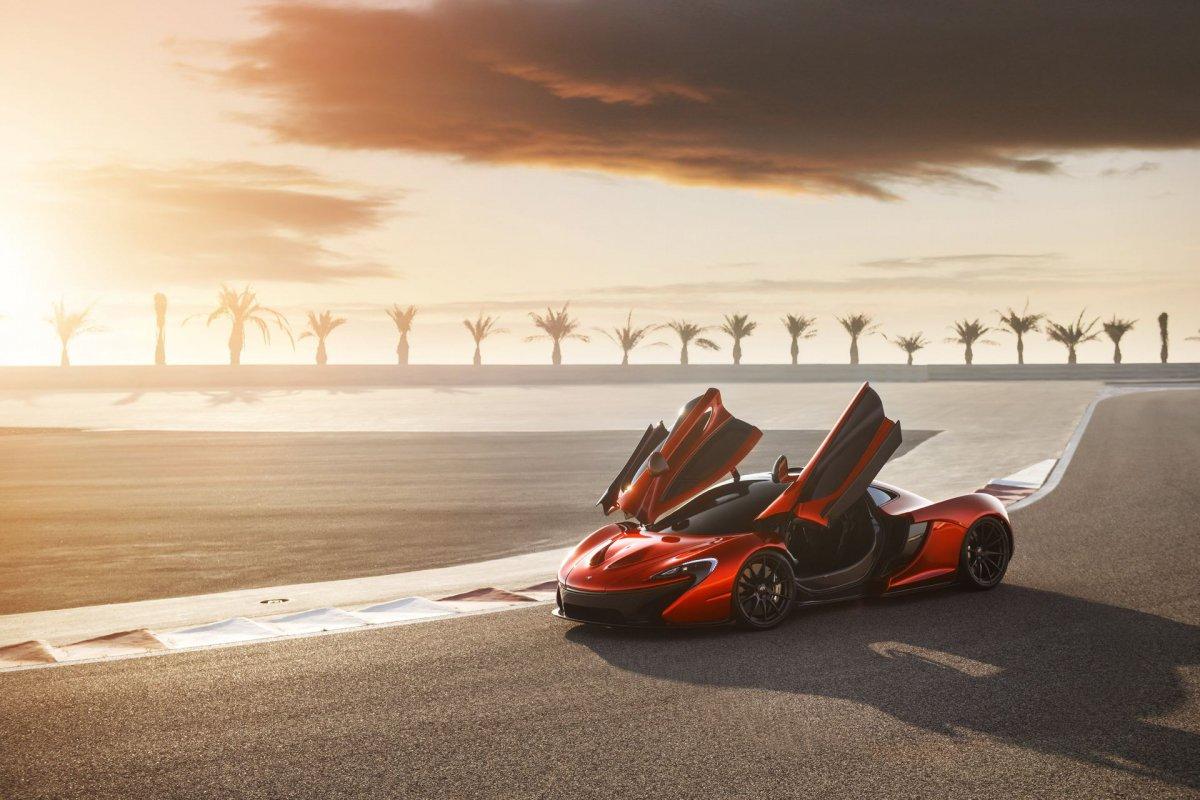 L'hypercar hybride McLaren P1 pose sur le circuit de Bahreïn (10)