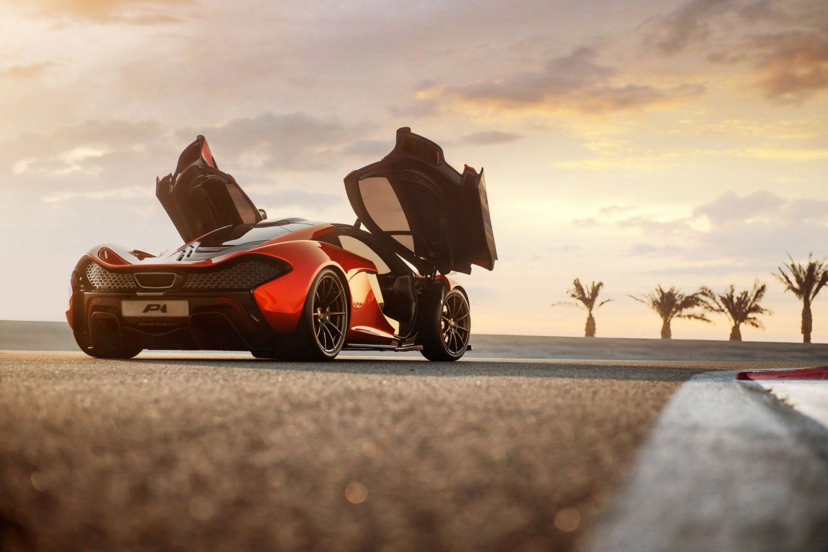 L'hypercar hybride McLaren P1 pose sur le circuit de Bahreïn (4)