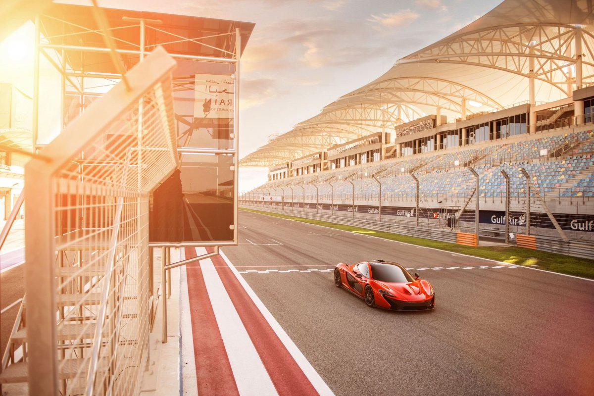 L'hypercar hybride McLaren P1 pose sur le circuit de Bahreïn (8)